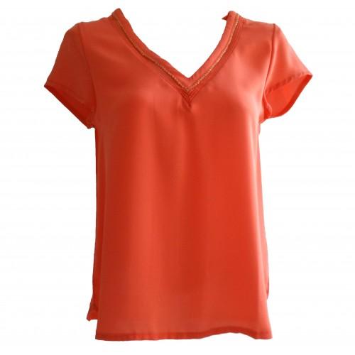 Camisa cuello pico coral con ribete dorado