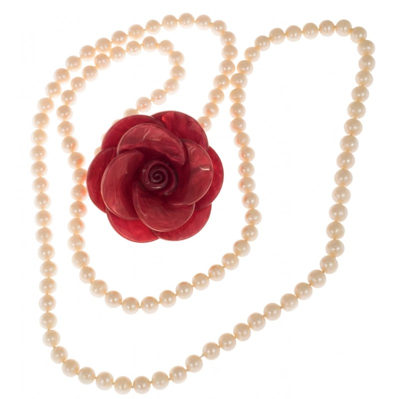 Necklace in river pearls and decorative brooch