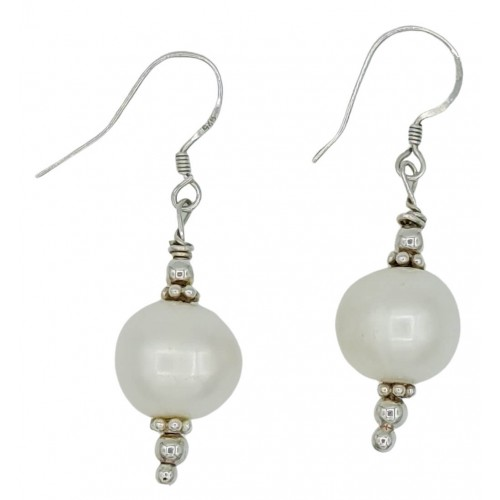 Earrings in silver with white pearl